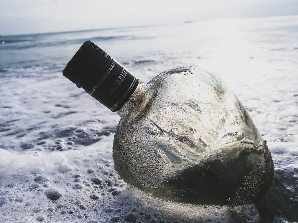 Cinco garrafas enterradas naareia.